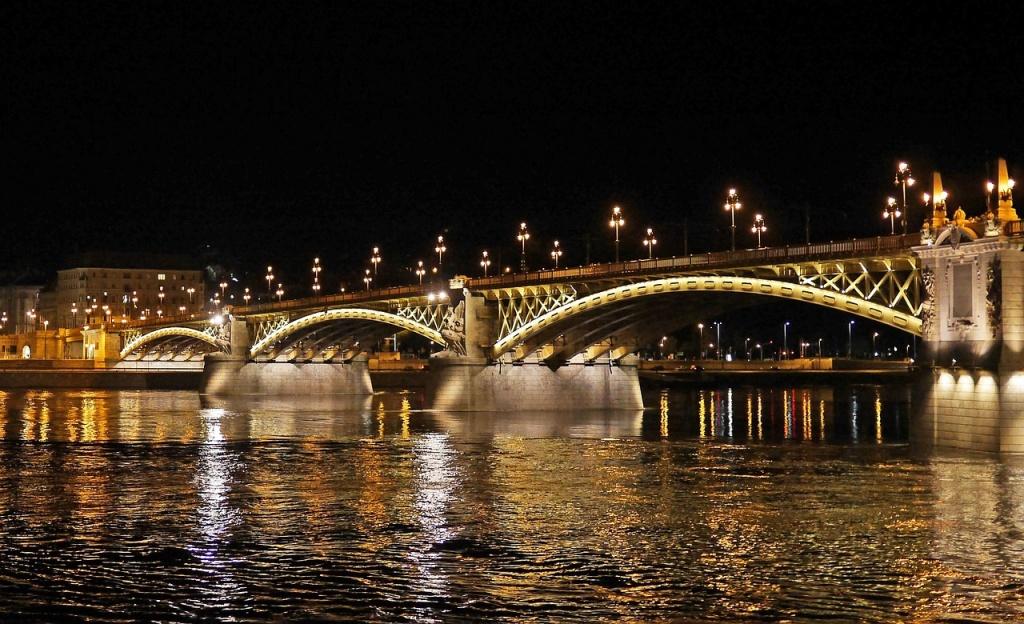 budapest-at-night-1328845_1280.jpg